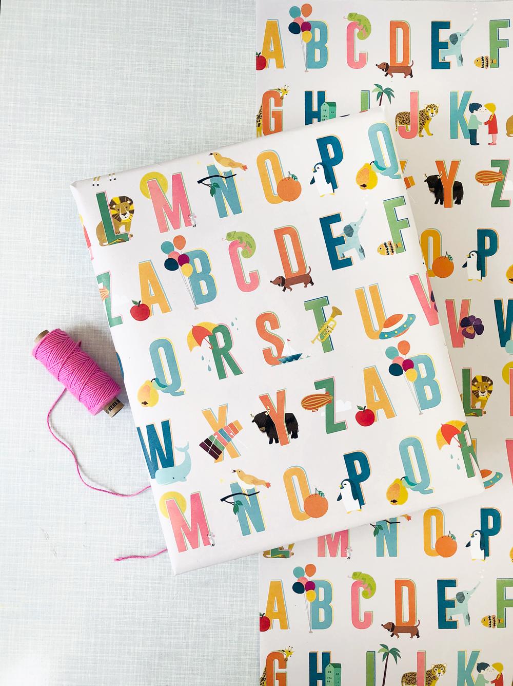 Buchstaben-Geschenkpapier